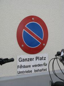 """Sprachunterschiede im Halteverbot: Schild mit dem Zusatz: """"Ganzer Platz. Fehlbare werden für Umtriebe behaftet"""
